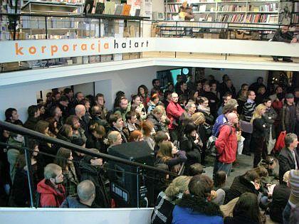 Publiczność w oczekiwaniu na otwarcie wystaw